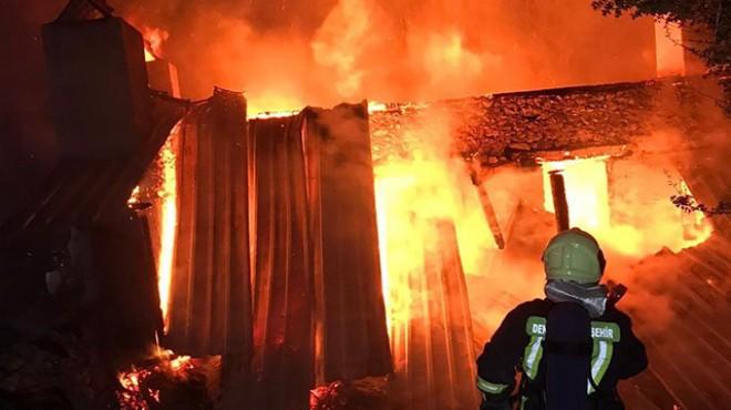 2 katlı ev 3,5 saatlik yangında kül oldu