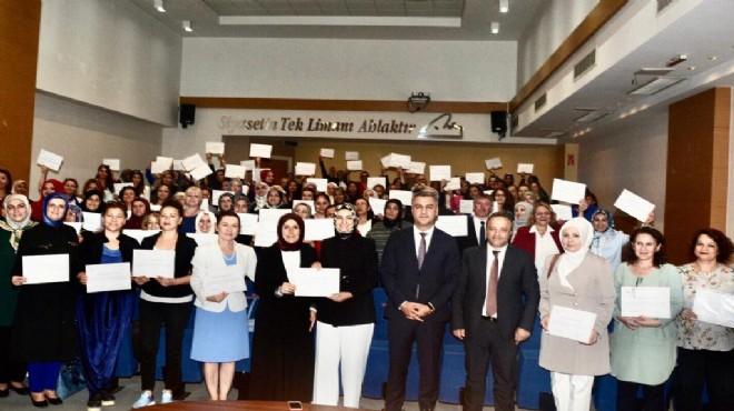 AK Parti İzmir'de Aile Akademisi mezunlarını verdi