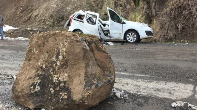 Dağdan kopan dev kaya parçası yoldan geçen aracın üstüne düştü!