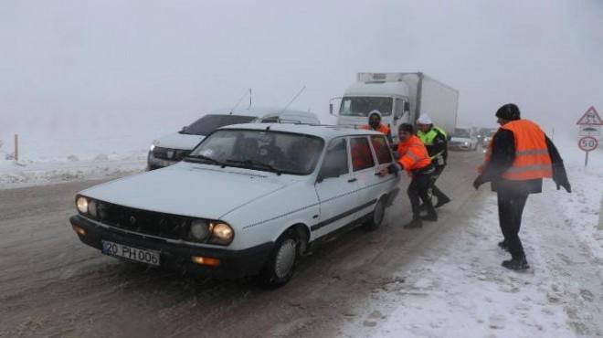 Denizli'de yoğun kar yağışı! Araçlar yolda kaldı