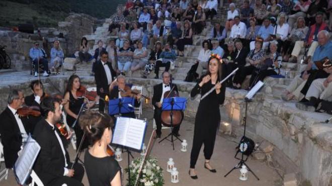 Dünya turuna çıkan turistlere Efes'te klasik müzik keyfi