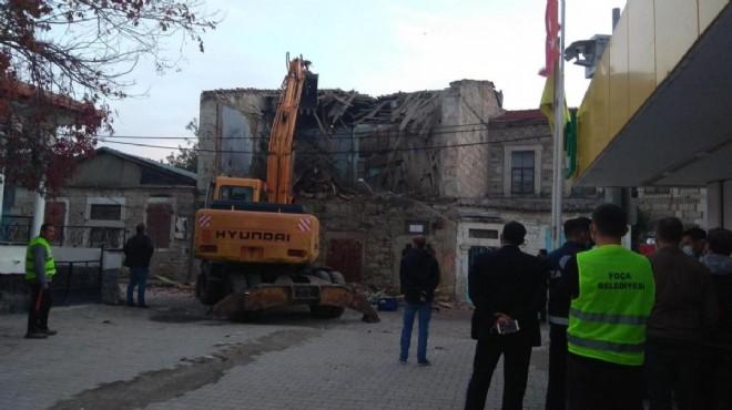 Foça'da, depremde hasar gören  3 bina ekiplerce yıkıldı
