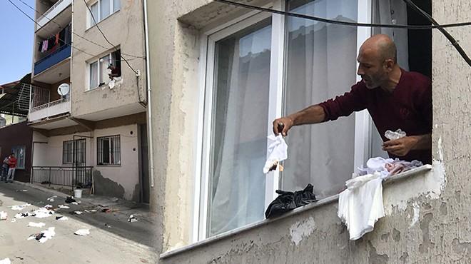 İzmir'de cinnet! Evdeki eşyaları yakıp sokağa attı