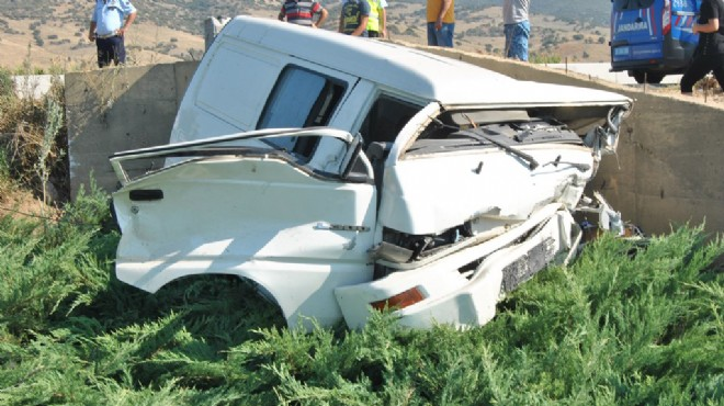 İzmir'de feci kaza: Minibüs kağıt gibi oldu!