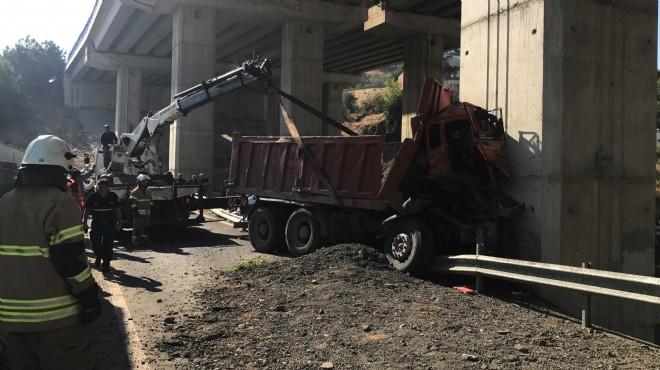 İzmir'de feci kaza: Viyadüğe ok gibi saplandı!