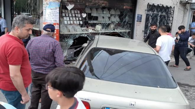 İzmir'de kaza: Araba kuyumcu dükkanına girdi