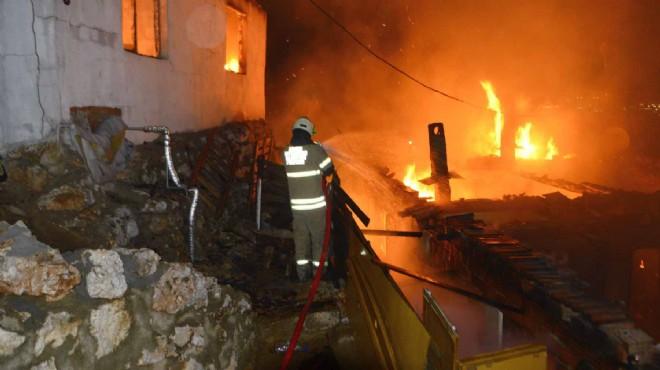 İzmir'de korkutan yangın... Alevler evleri sardı!
