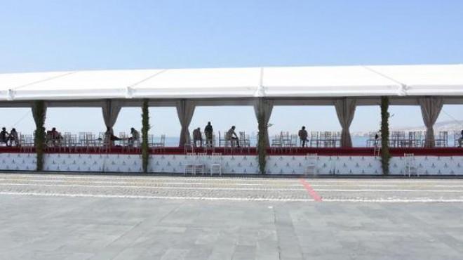 İzmir'de protokol tribünü seyir terası oldu