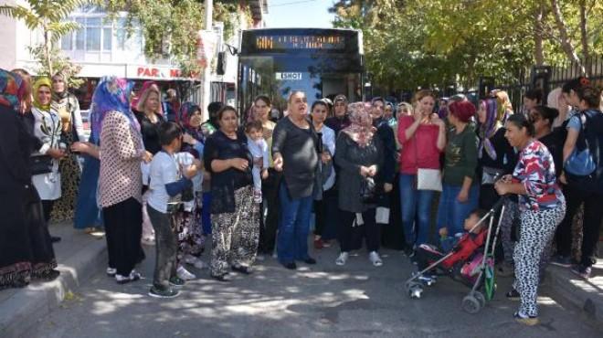 İzmir'de veliler isyanda: Yolu kapattılar!