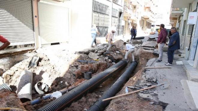 İzmir'de yol çöktü... Binalar çatladı! Her an çökebilir!