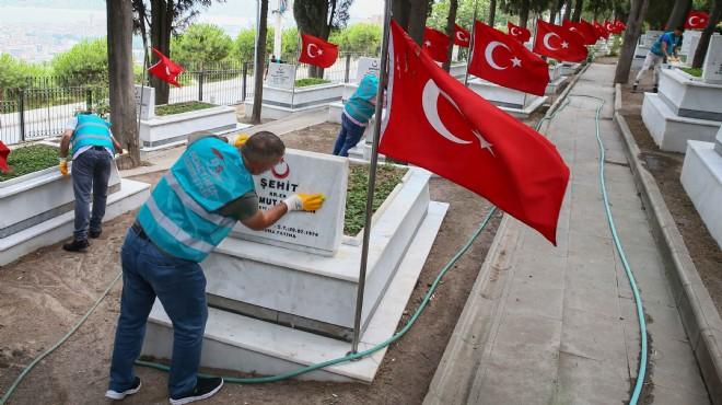 İzmir'de yükümlüler şehitliğin temizlik ve bakımını yaptı