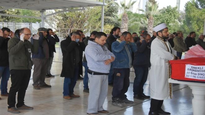 İzmir'deki cenaze namazında sosyal mesafe!