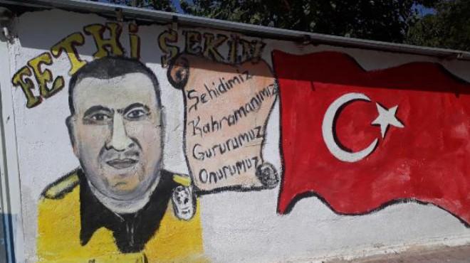 İzmir'deki minibüs durağında gurur tablosu