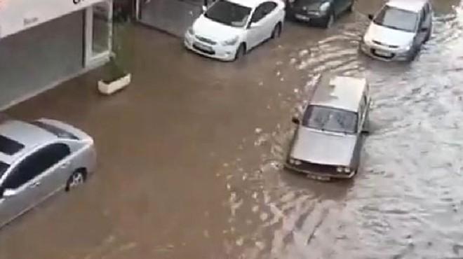 İzmir'i sağanak vurdu: Yollar göle döndü!