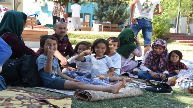 İzmir'in göbeğinde parkta yaşıyorlar!