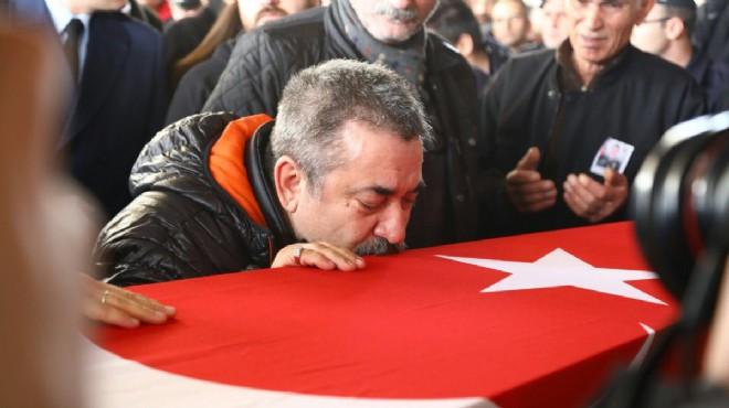 İzmir şehitlerini uğurluyor: Oğula son sarılış...
