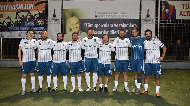 İzmirli gazeteciler futbol sahasında