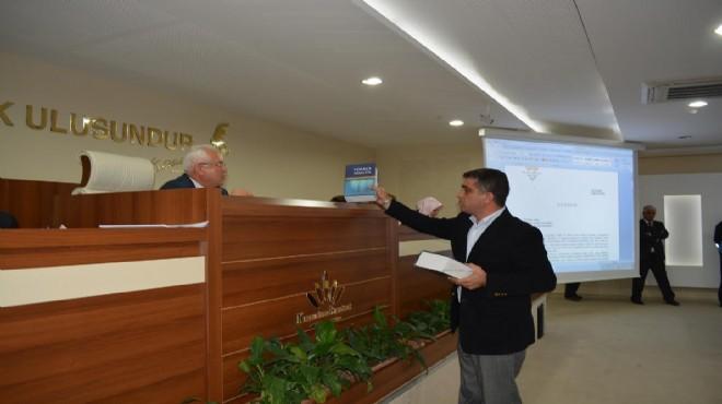 Karabağlar Meclisi'nde 'sözlüklü' protesto!