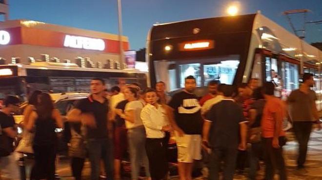Karşıyaka'da feci kaza! Direksiyonu tramvayın önüne kırdı!