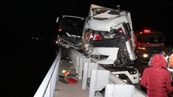 Korkunç kaza! TIR ve yolcu otobüsü çarpıştı
