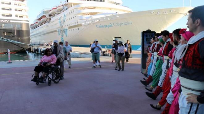 Kuşadası'na gelen ABD'li turistlere halaylı karşılama