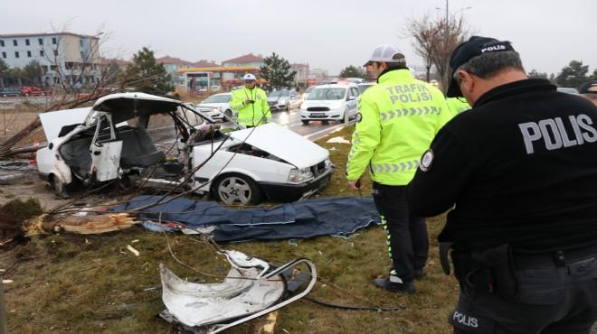 Kütahya'da feci kaza: Araba kağıt gibi yırtıldı!