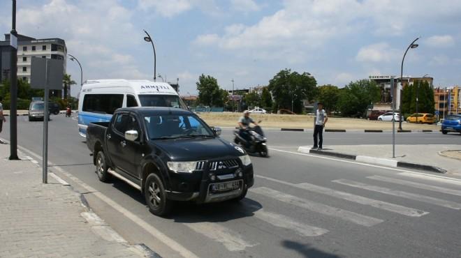 Manisa'da duyarlı yurttaş yayalar geçsin diye pikapıyla trafiği durdurdu