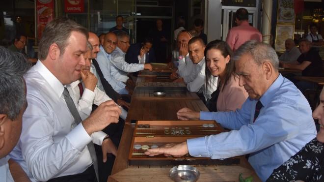 Meclis sonrası Kordon'da yürüyüş: Başkan Kocaoğlu'ndan tavla keyfi