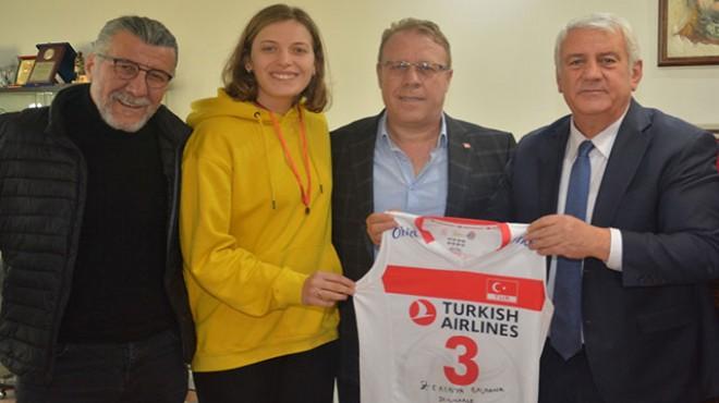 Milli voleybolcu Cansu, İzmir esnafının da gururu