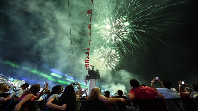 On binlerce İzmirli Kordon'a koştu: Doğum günün kutlu olsun İzmir!