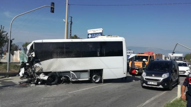Söke'de turistleri taşıyan midibüs direğe çarptı: 4 yaralı
