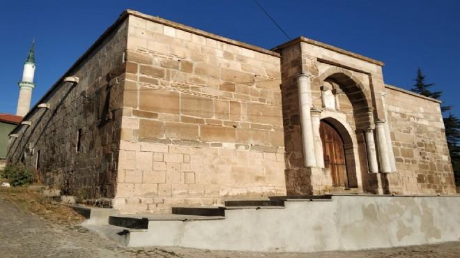 Tarihi kervansarayın taş duvarına çimentoyla sıva yaptılar!