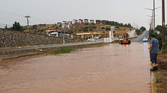Yağmur bastırdı: İzmir yolu kapandı!
