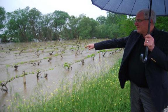 Gediz nehri yakınında çiftlik evi ve hayvan damı bulunan