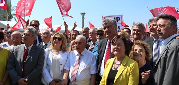 Cumhuriyet Halk Partisi 91.yaşını kutluyor. Örgütün kutlamalarının İzmir'deki adresi Cumhuriyet Meydanı oldu.