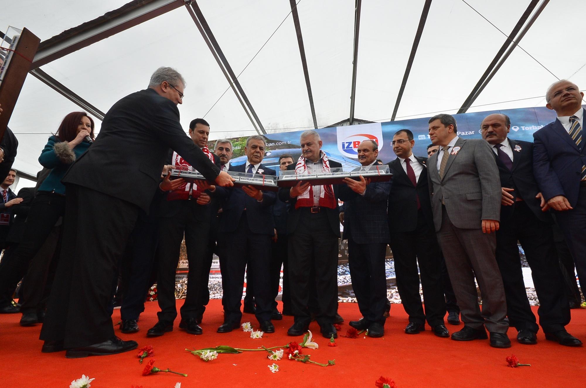 Torbalı'da Gergin Açılış: Slogan Savaşı
